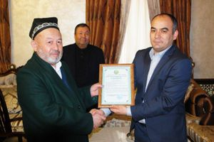 Grand mufti Usmankhan Alimov, left, and the rector of Islamic Academy, Nematulla Ibragimov, holding up a certificate issued by the Justice Ministry. (Photo: Religious Affairs Committee).