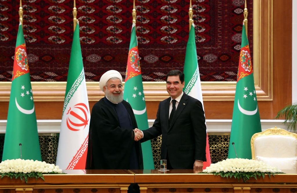 Iranian President Hassan Rouhani, left, meeting with his Turkmen counterpart, Gurbanguly Berdymukhamedov, in Ashgabat on March 27. (Photo by IRNA news agency)