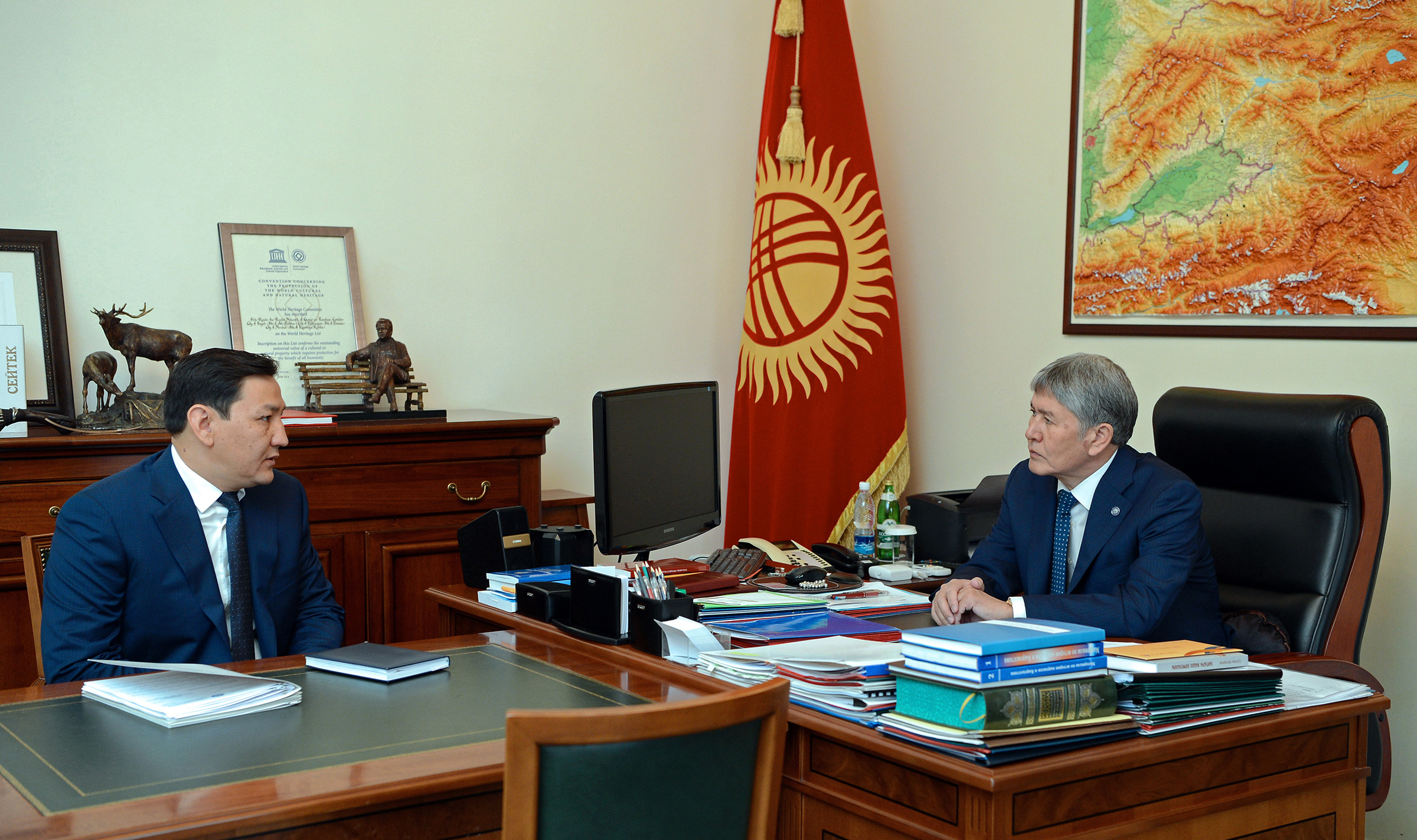 The former head of the GKNB, Abdil Segizbayev, speaking to ex-President Almazbek Atambayev. (Photo: Kyrgyzstan presidential administration website).