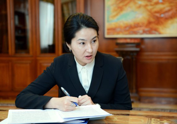 Indira Joldubayeva, the outgoing General Prosecutor, seen here taking notes during a meeting in December with President Sooronbai Jeenbekov. (Photo: Kyrgyz Presidential Administration website)