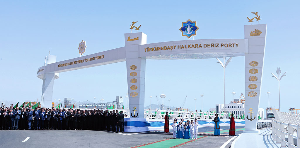 Images of the port opening posted on the official government website.