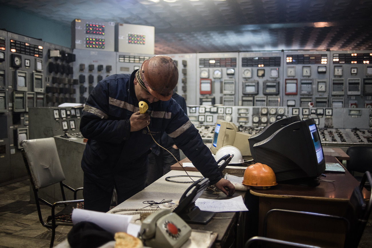 Technician in a control room at the Bishkek Thermal Power Station on January 29, 2018. (Photo by Danil Usmanov)