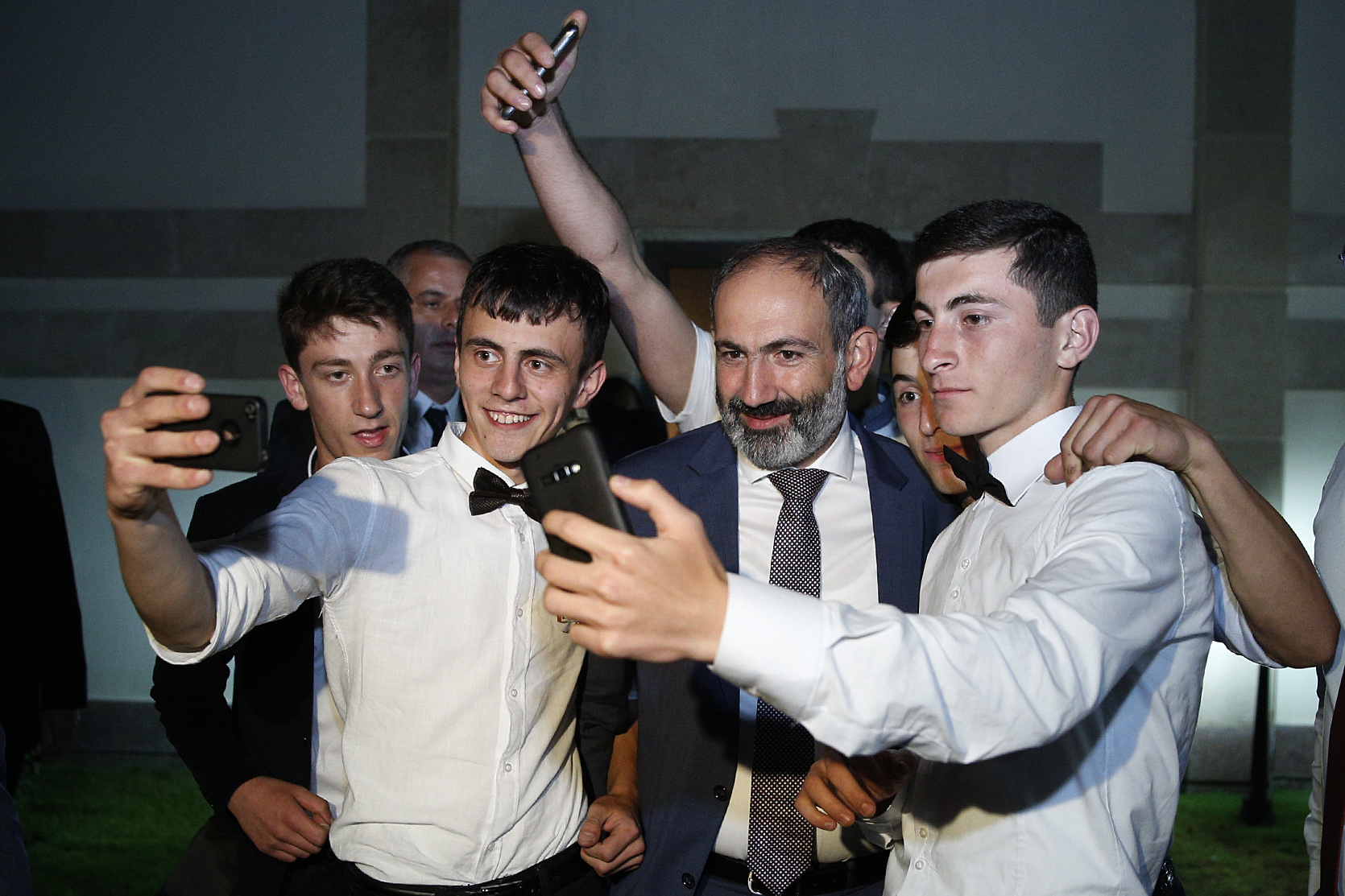 Armenian Minister Nikol Pashinyan invited more than 100 graduates from the border regions to his residence. (Photo: Armenian Prime Minister Press Service)