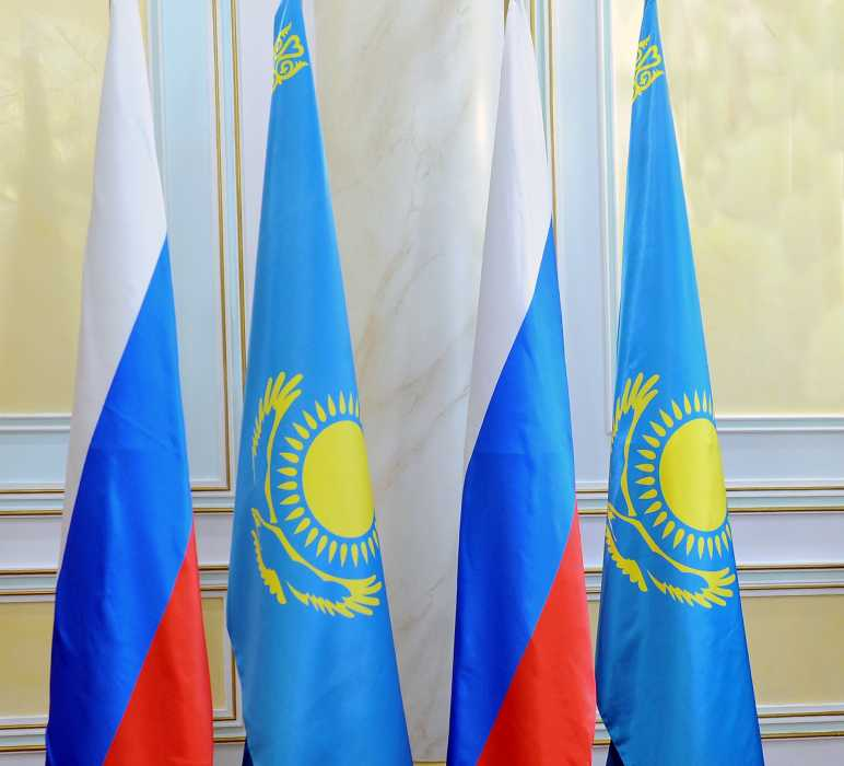 An image showing flags of Russia and Kazakhstan side by side. (Photo: Kazakhstan Foreign Ministry website)