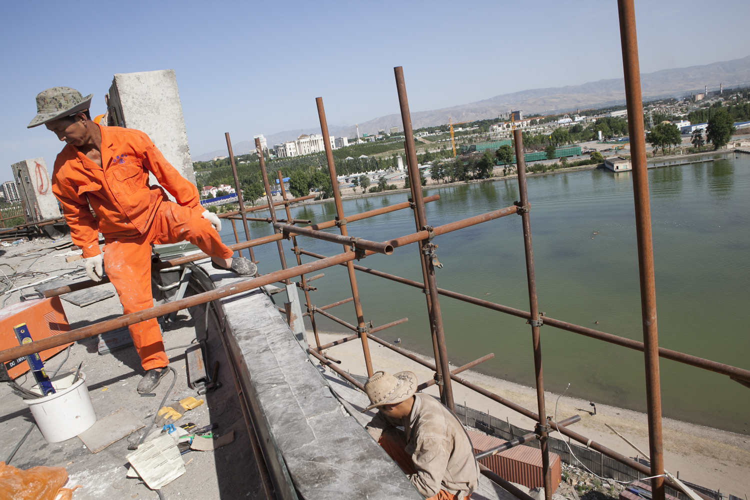 Chinese laborers work on a palace in Dushanbe, Tajikistan. (Photo: David Trilling)