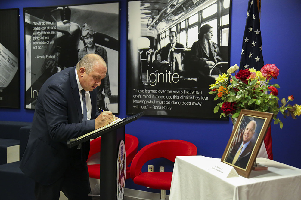 President Margvelashvili pays his respects to John McCain at the U.S. embassy in Tbilisi. (president.ge)