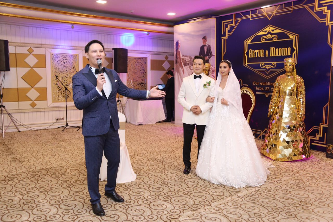 Nurzhan Atash emceeing at a wedding in Almaty. (courtesy photo)