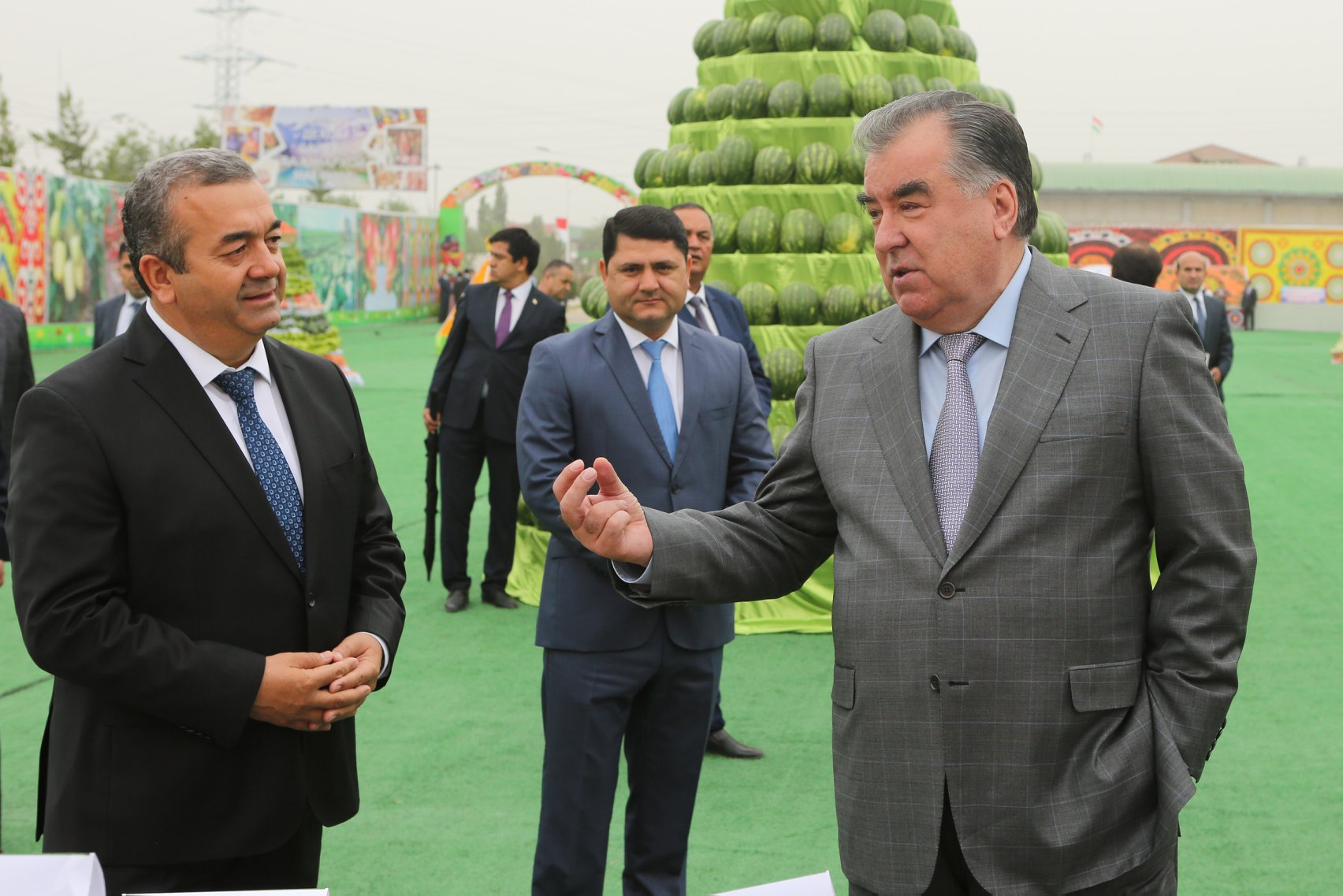 Internet is bad, m'kay: Rahmon, right, at a vegetable fair. (Photo: Tajik presidential administration)