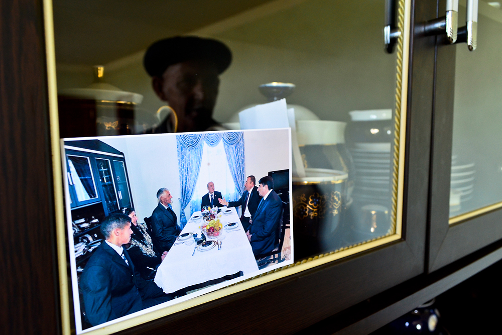 A photo in a newly constructed house in Shihlar shows President Ilham Aliyev and local leaders visiting the owners for dinner.