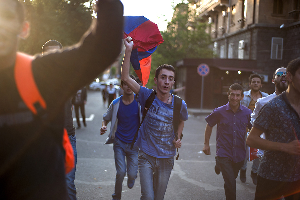 Protestors run through the streets of Yerevan to join a rally against the rise in electricity rates. (Photo: Nazik Armanakyan)