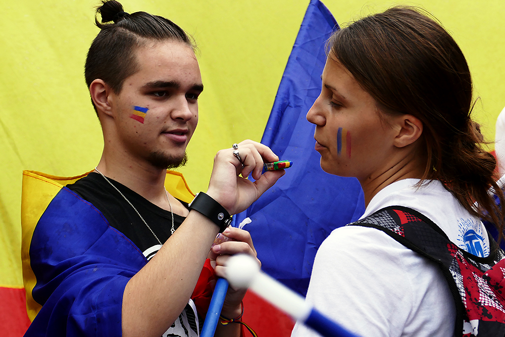Young Moldovans paint their cheeks with national colors before a unification rally held in Chișinău. (Photo: Nicolae Pojoga)