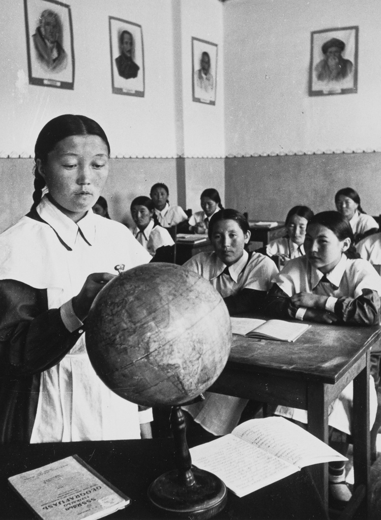 Women of the Mountains. Geography class at the Frunze Pedagogical School. In the foreground – second year student Sakish Dzhusopova. Photo by M. Savin.