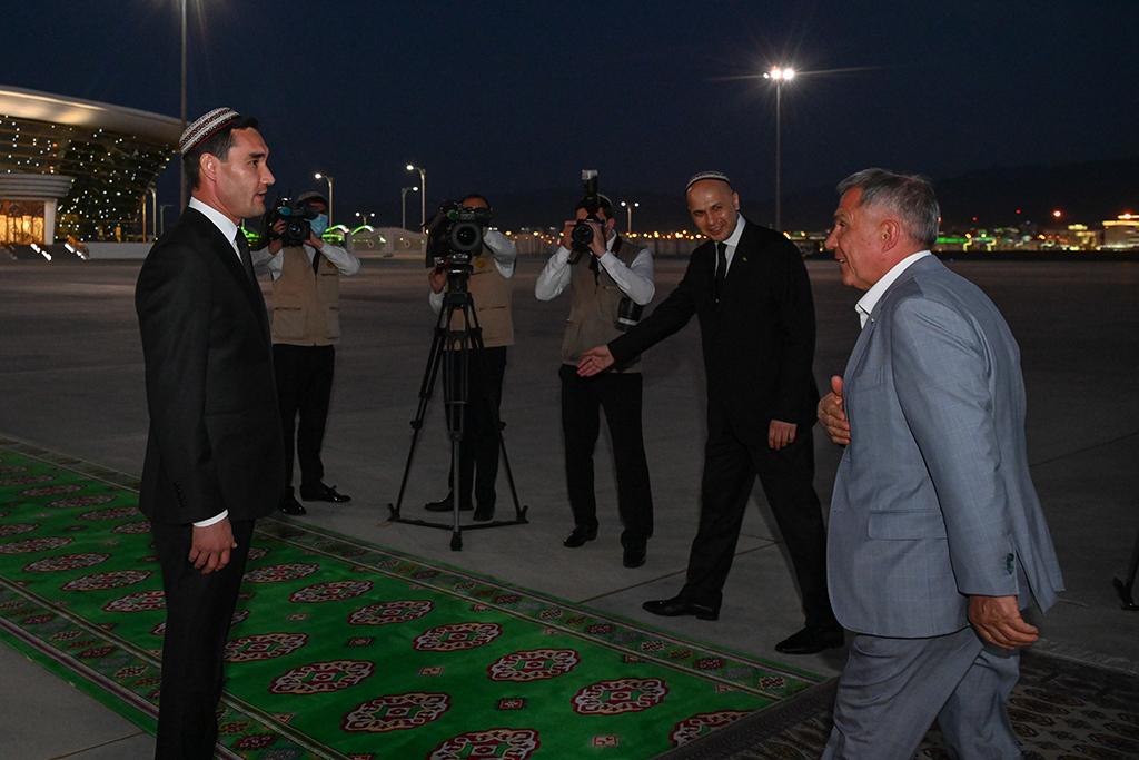 Serdar and Minnikhanov at airport