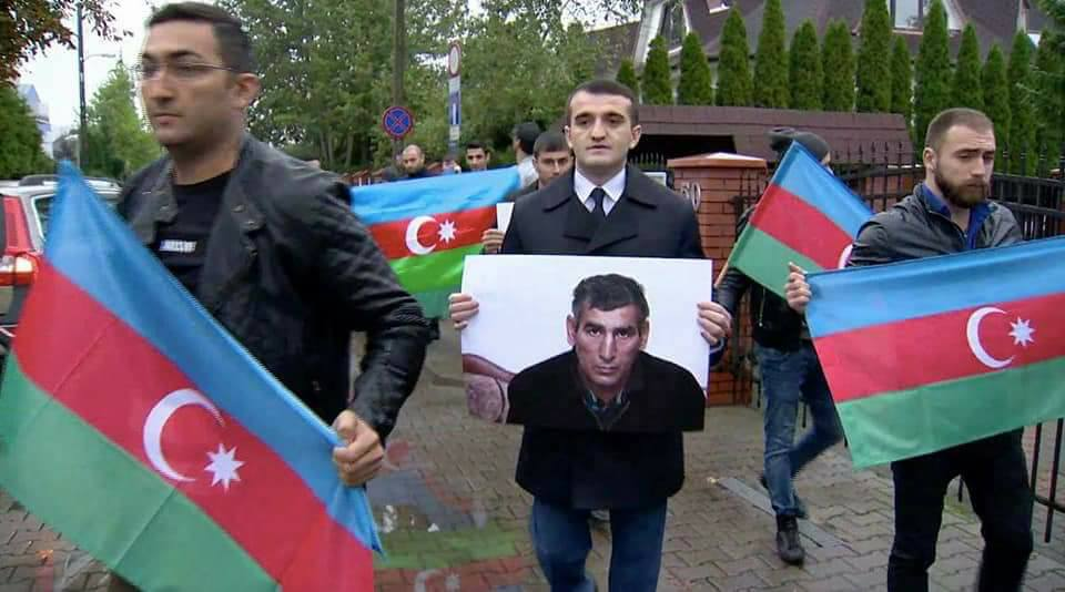 azerbaijani men protesting detainees
