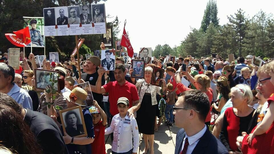 A crowd holding an unauthorized Immortal Regiment march in Tashkent in 2016. (Photo: Eurasianet)