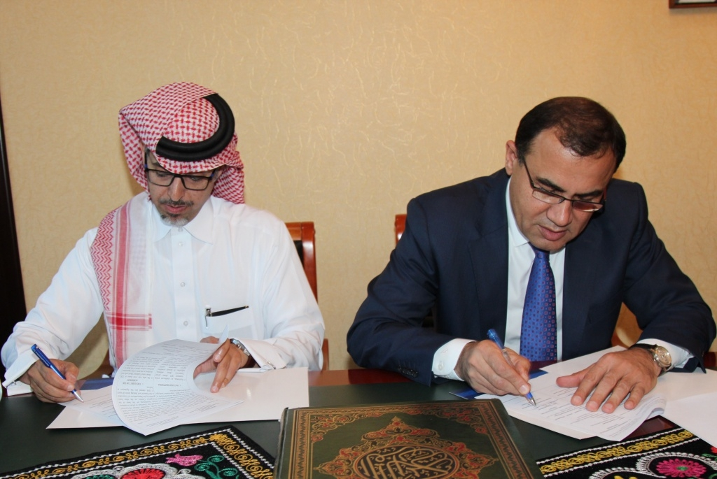 Saudi Investment Group chairman Al Waleed Al Dahash Al Tuwaijri signing a provisional bank sale deal with Tojiksodirotbank chairman Tojiddin Pirzoda. (Photo: Tojiksodirotbank website)