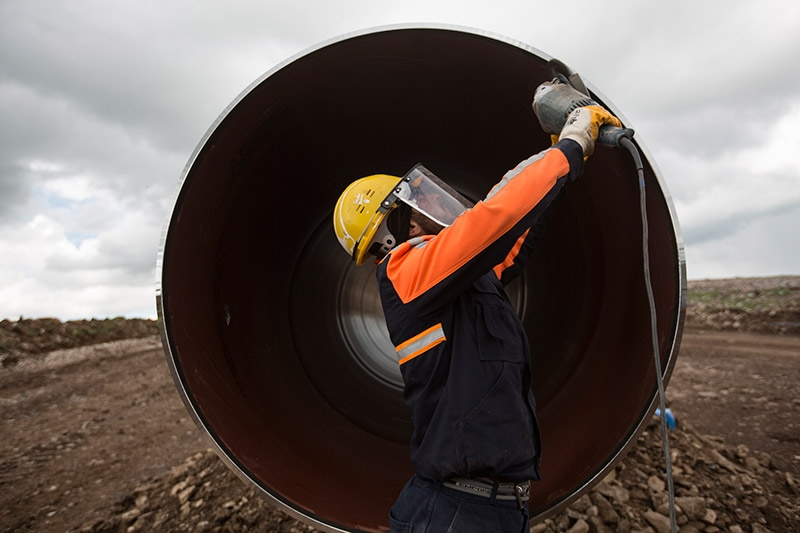 A worker constructing a section of the Trans Anatolian Gas Pipeline (TANAP). (Photo: tanap.com)