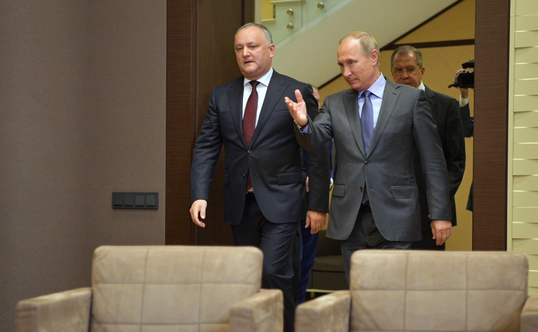Putin shows Dodon to his seat (Kremlin.ru)