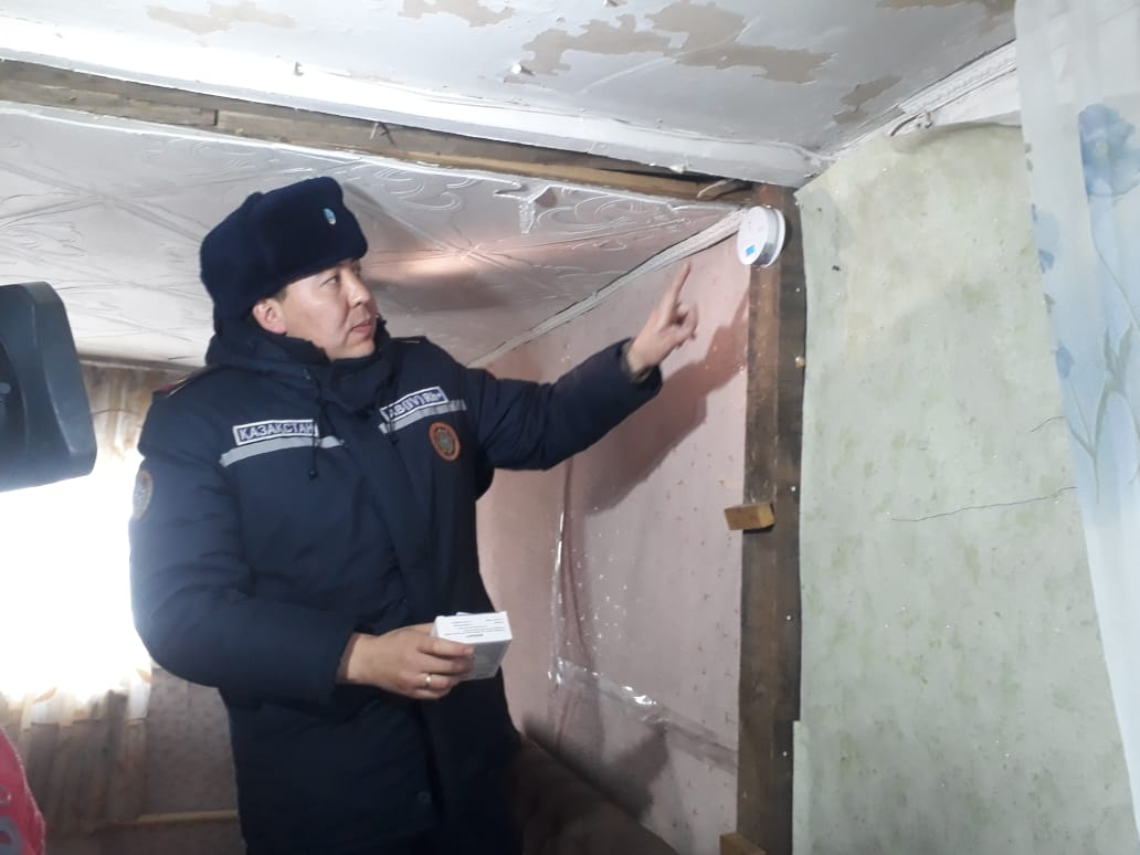 An emergency service worker in Astana installing a fire detector. (Photo: Kazakhstan Emergency Situations Committee)