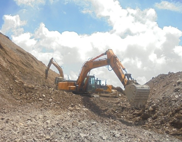 Diggers clearing earth at the Jerooy site. (Photo: Alliance Altyn website)