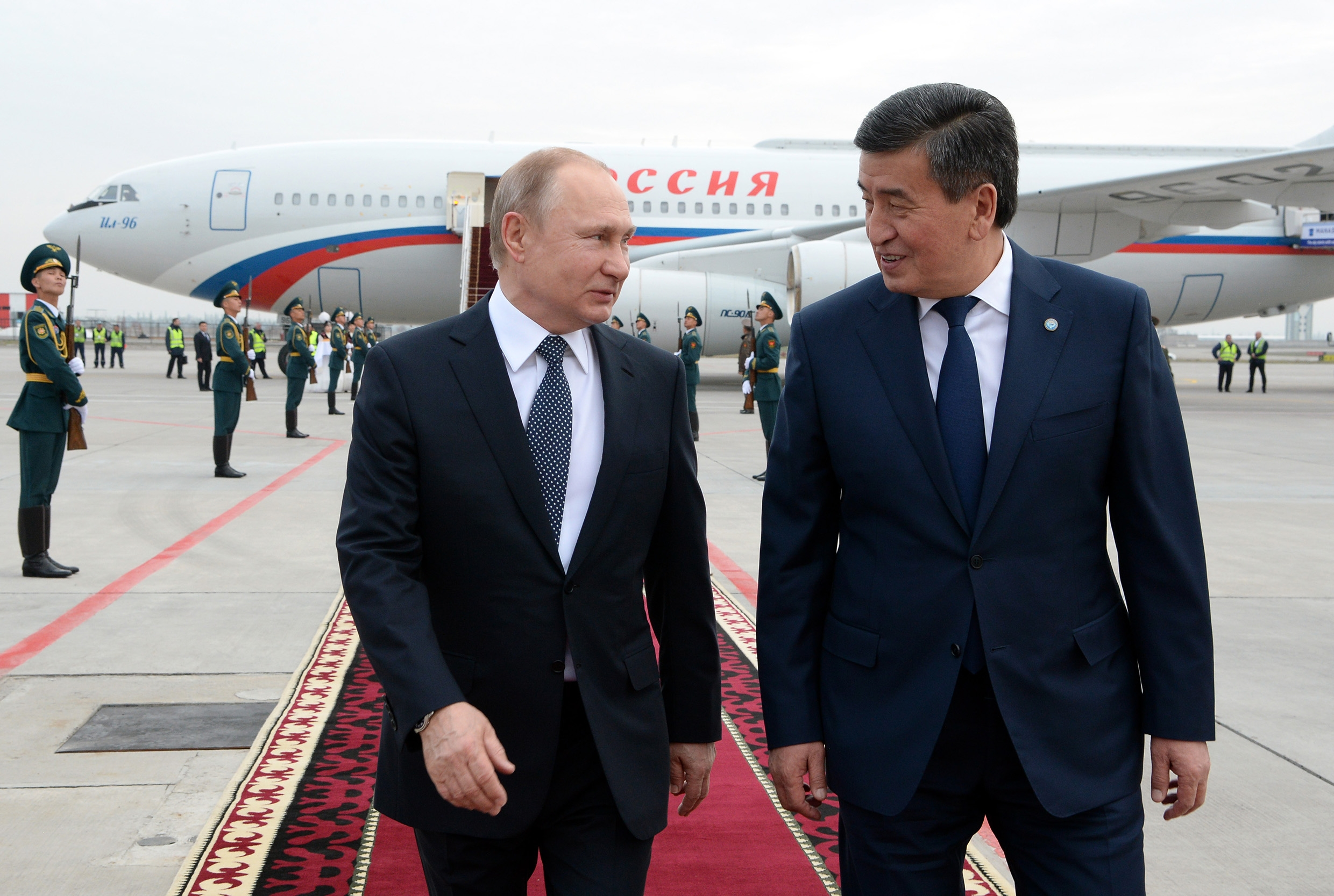 BFFs: Putin and Jeenbekov chatting on the runway at Manas International Airport. (Photo: Kyrgyz presidential administration)