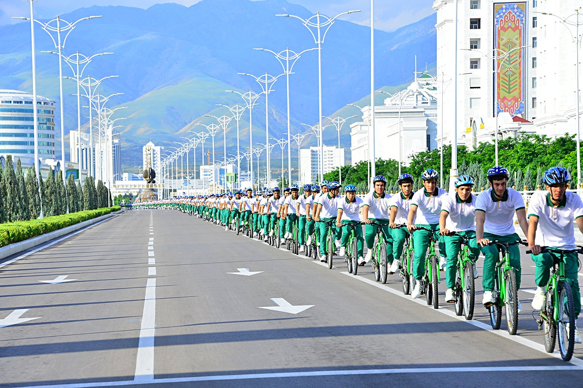 the longest single file bike line