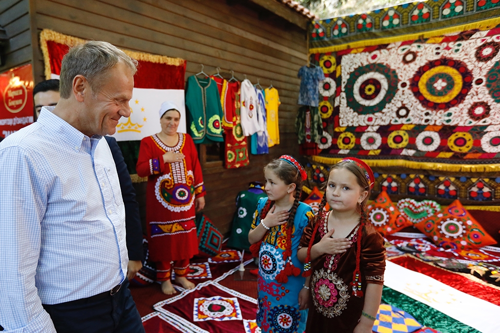 European Council President Donald Tusk browses Tajikistan's wares. (EC press handout)