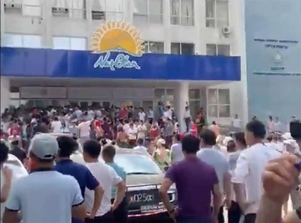 An angry crowd laying siege to the Nur Otan headquarters in Shymkent. (Photo: Twitter)