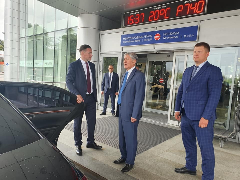 Atambayev being met by his security detail at Moscow's Vnukovo airport. (Photo: Kunduz Djoldubayeva Facebook account)
