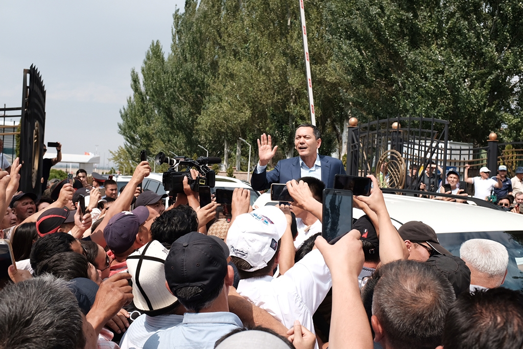 Babanov greeted by jubilant supporters at Bishkek airport. (Photo by Danil Usmanov)