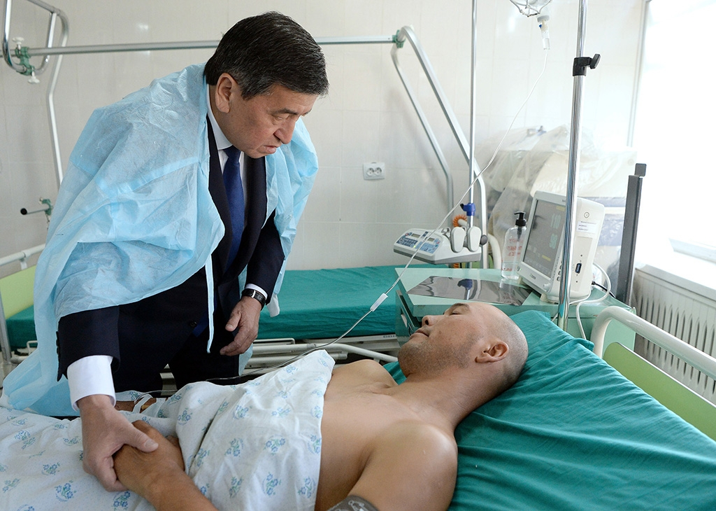 Kyrgyz President Sooronbai Jeenbekov visiting wounded border guards in the hospital. (president.kg)