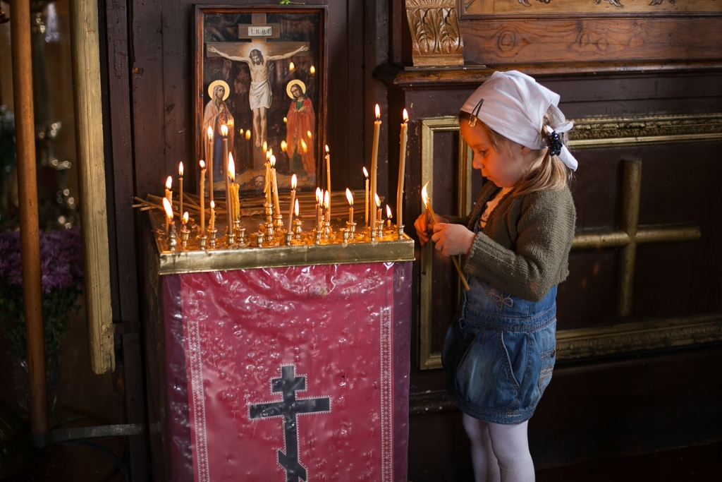 A girl lights a candle in the St. Panteleimon Russian Orthodox Church in Istanbul's Karaköy neighborhood (David Trilling)