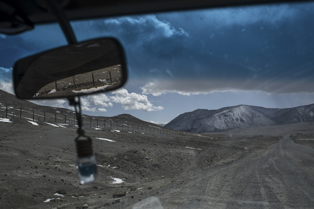 A road near the Pamirs town of Murghab. (Photo: Danil Usmanov)
