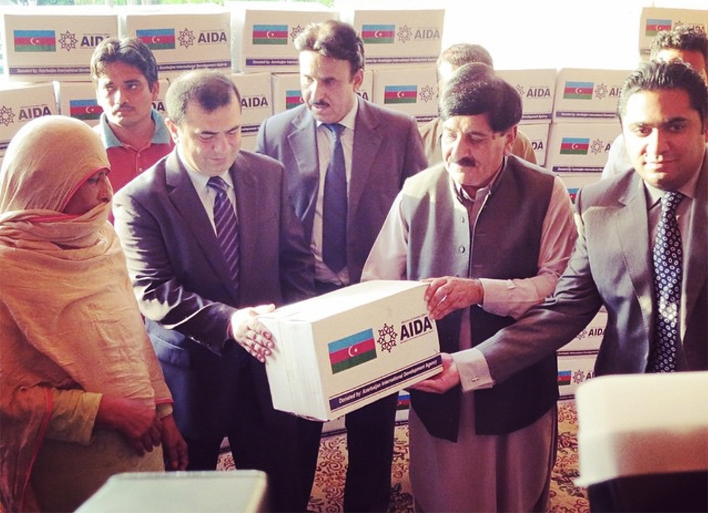 Distribution of Azerbaijani aid to flood-affected people in Pakistan in 2014 (AIDA)