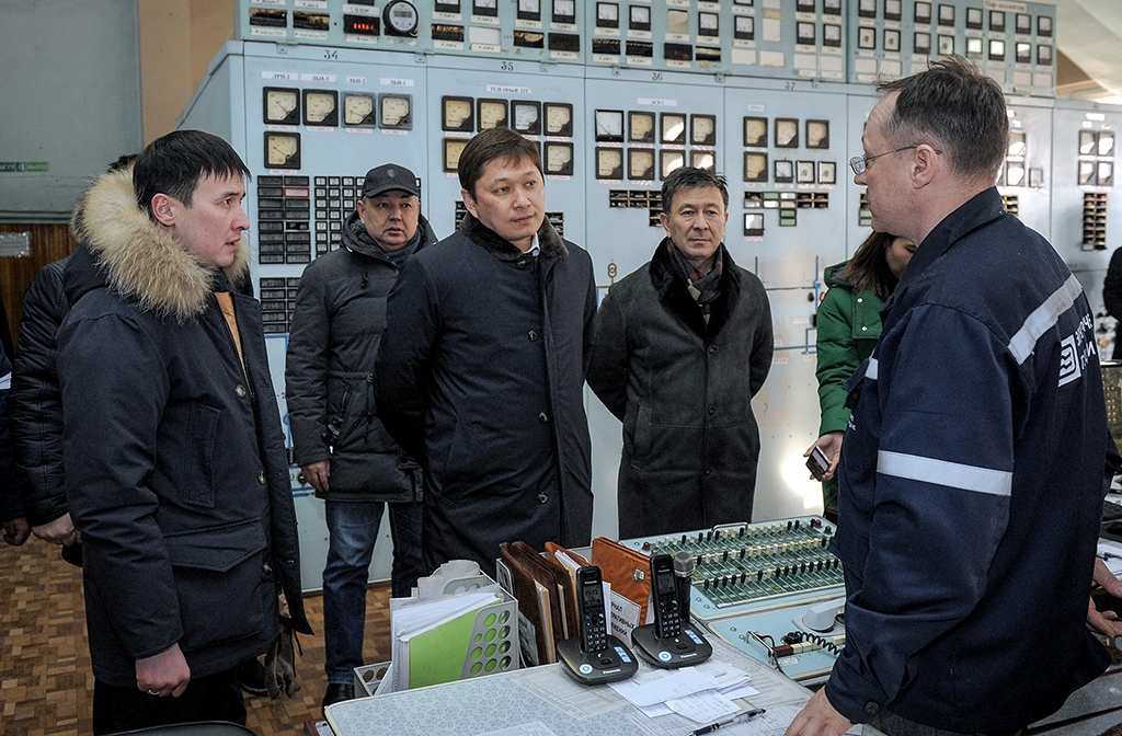Isakov visiting the Bishkek power plant after a system failure. (Photo: Kyrgyz government website)