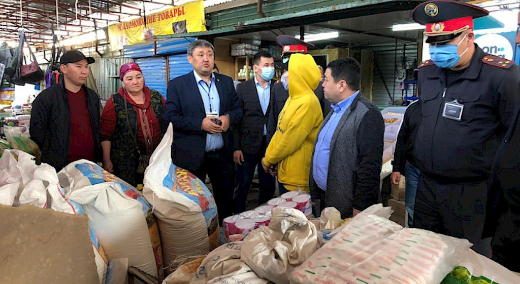 Market economy: Police at a bazaar in Bishkek checking to see traders are not price-gouging. (Photo: Kabar news agency)