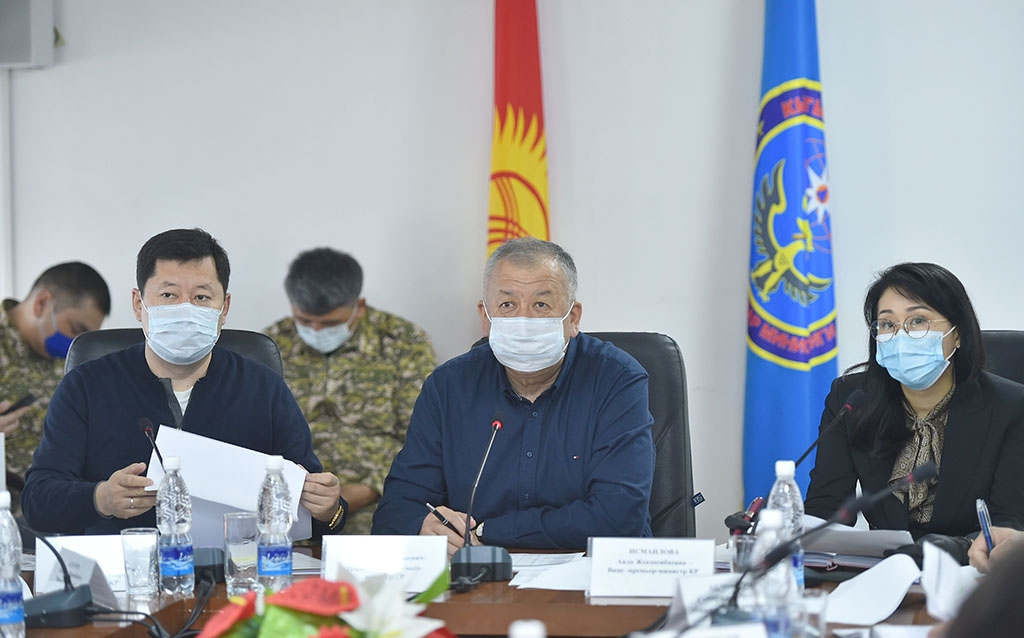 Always use protection: Deputy Prime Minister Kubatbek Boronov, center, at a government meeting. (Photo: Government website)