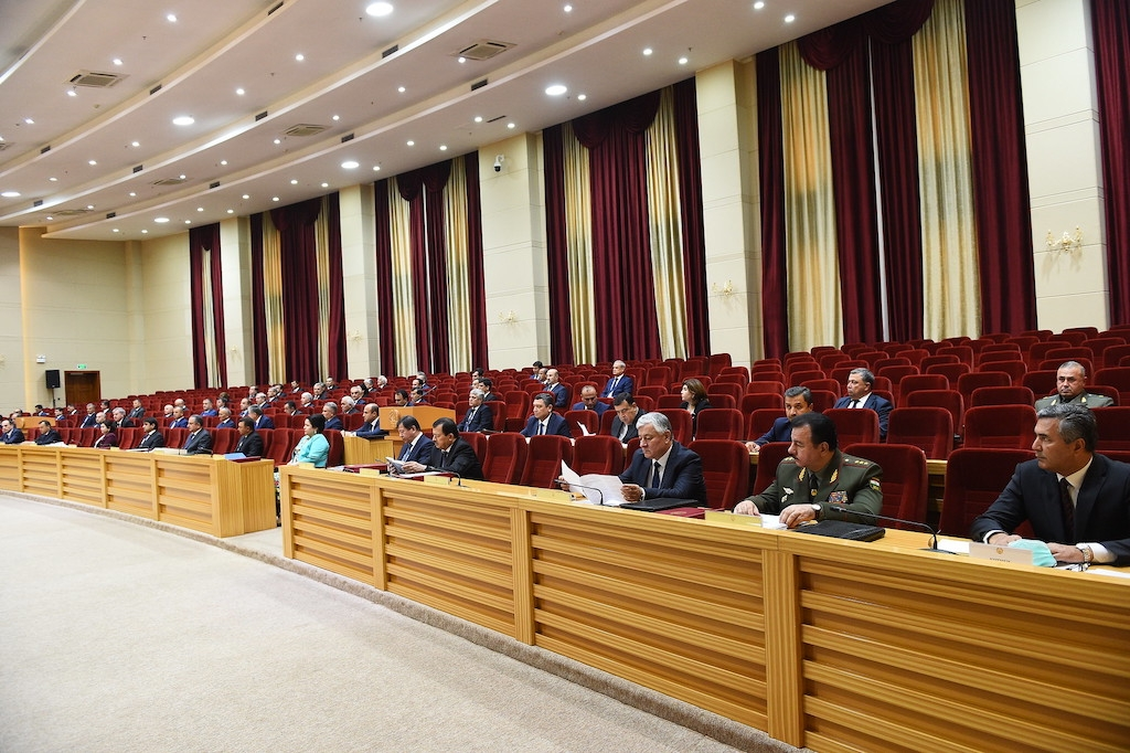 Official distance: Government assembled last week, but kept a good space from one another. (Photo: Tajik presidential administration)