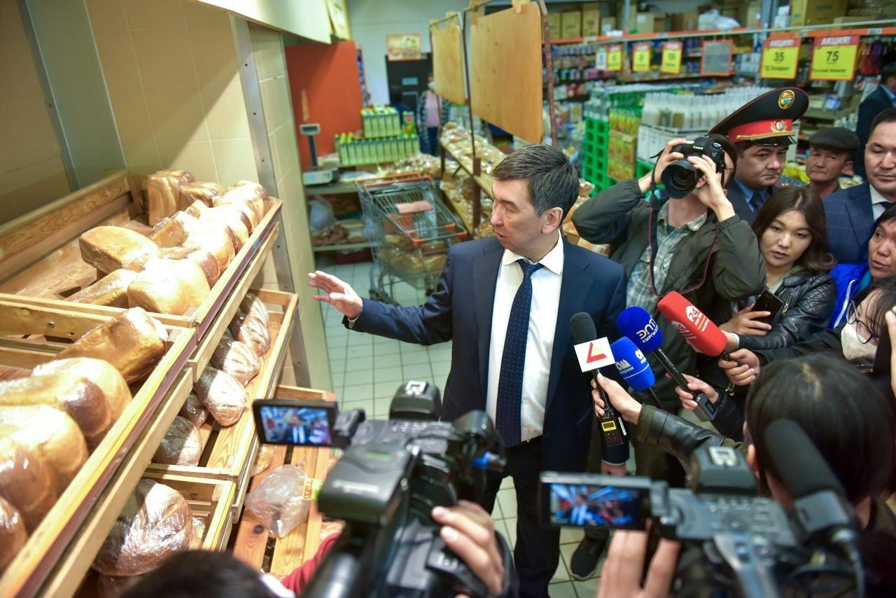 Bishkek mayor Aziz Surakmatov assuring the media that food supplies are plentiful. (Bishkek mayor's office)