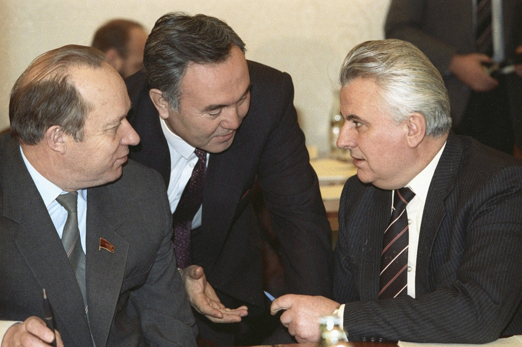 Leonid Kravchuk, right, during talks on the creation of the CIS in December 1991 in Almaty (RIA Novosti)