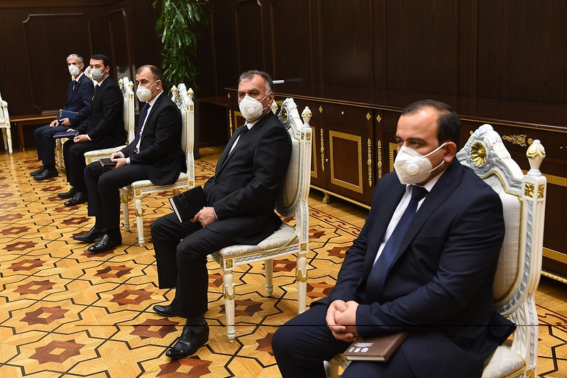 Masking the problem: Officials are showing the example by adopting protective clothing. (Photo: Presidential administration)