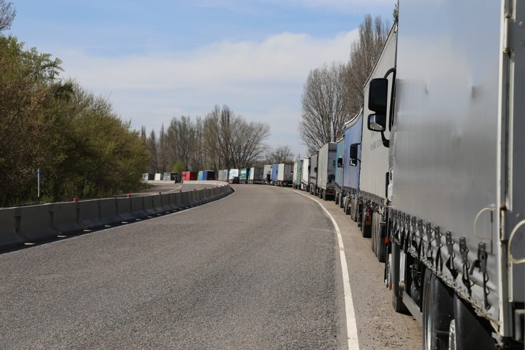 Trucks in Kyrgyzstan queue to enter Kazakhstan. (Photo: Kyrgyzstan Agriculture Ministry)