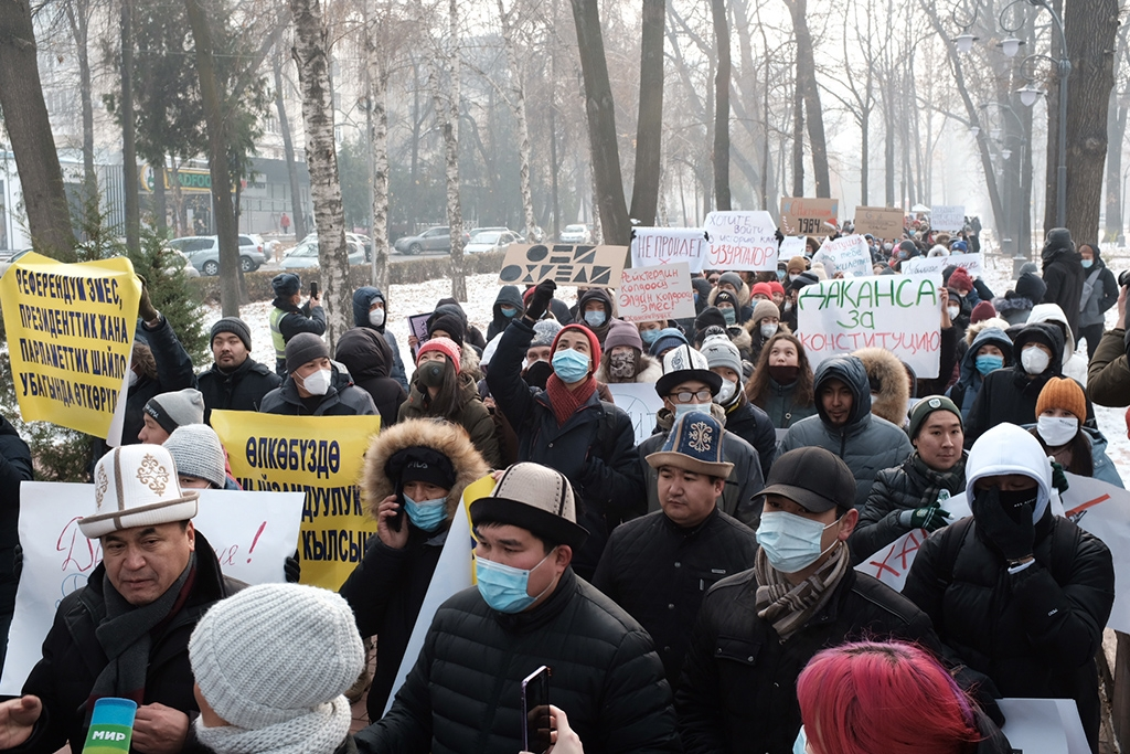 Demonstrators march to the central Ala-Too square on November 22. (photo: Danil Usmanov)