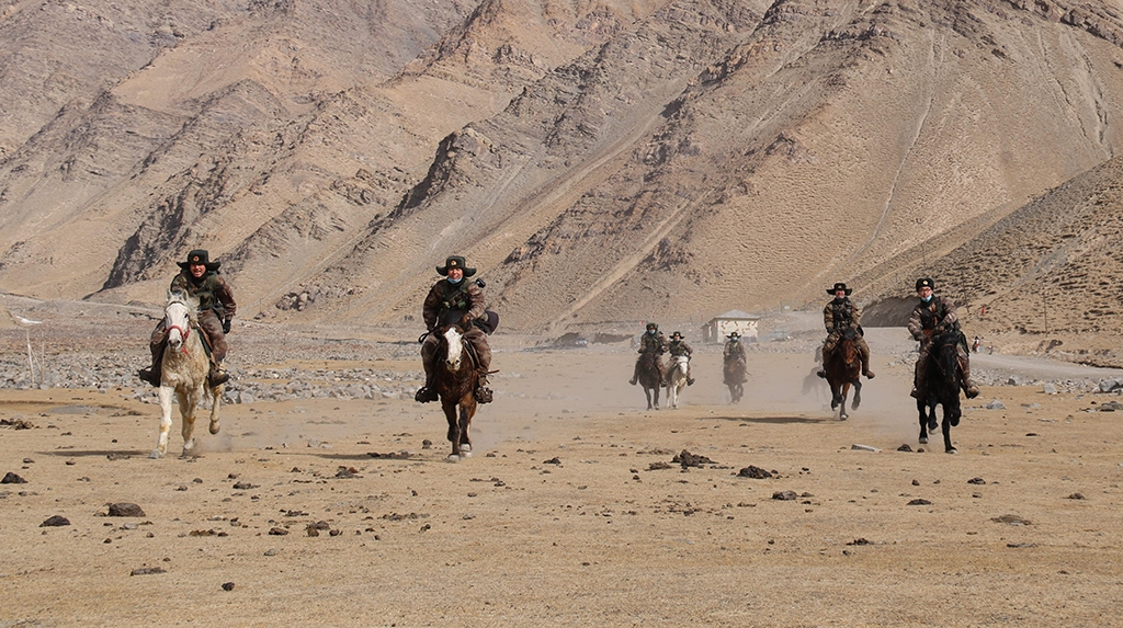 Chinese troops patrol the border with Tajikistan