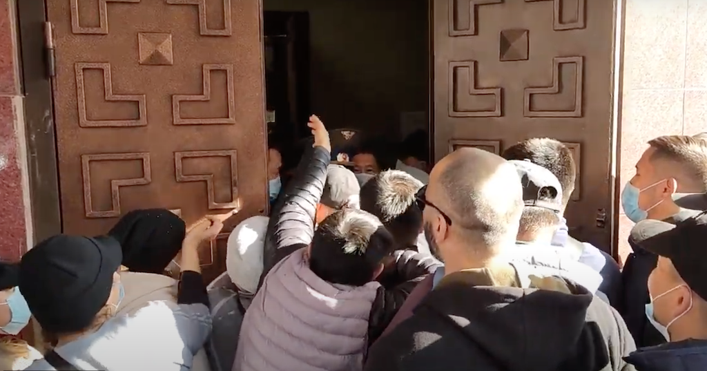 Participants of the Dordoi rally attempt to barge into the Government House. (Photo: YouTube screenshot)