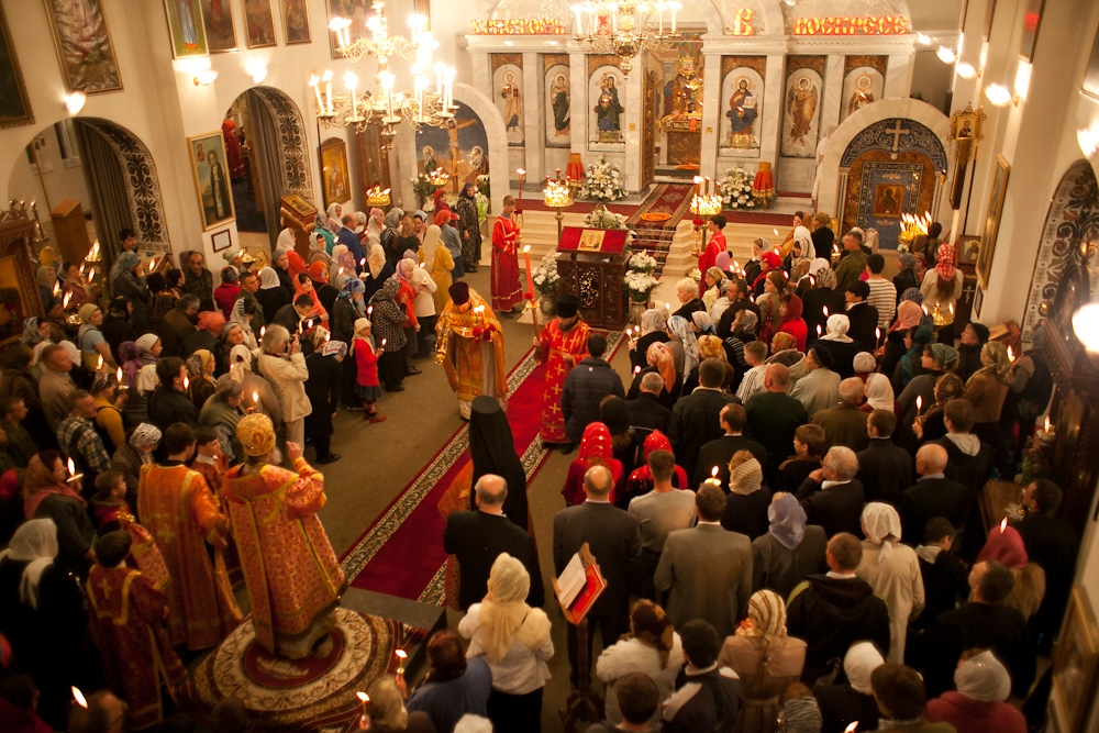 Bishop Pitirim leads the Easter liturgy until 2 a.m.