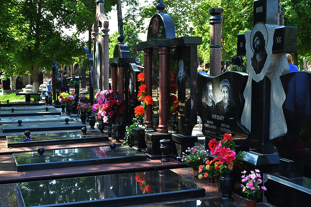 Also known as Doina, Saint Lazarus Cemetery is said to have more than 300,000 graves, including 300 family vaults.