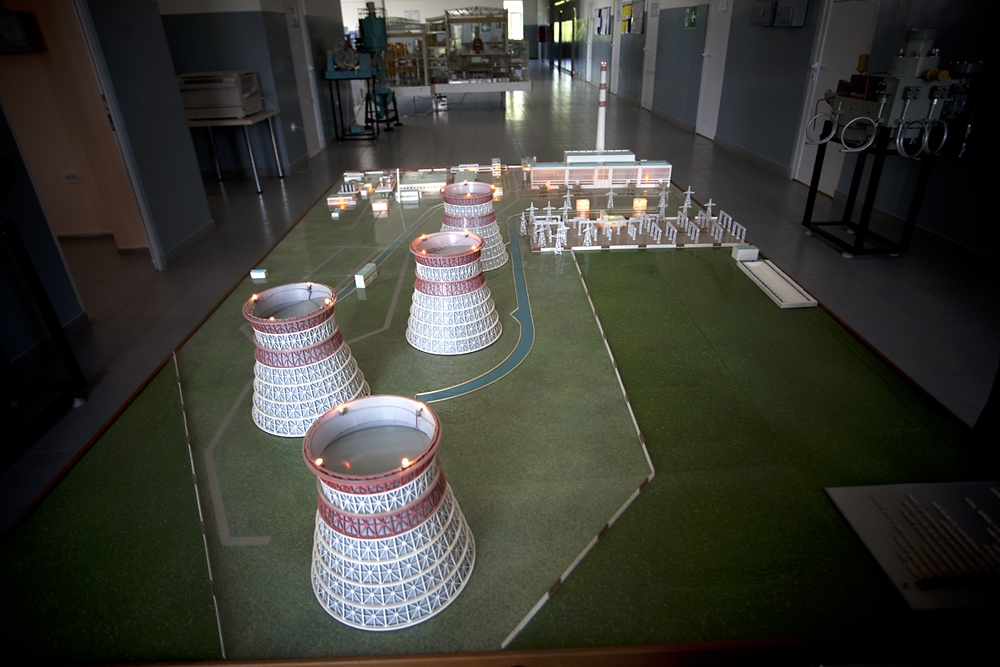 A scale model shows the layout of the plant.
