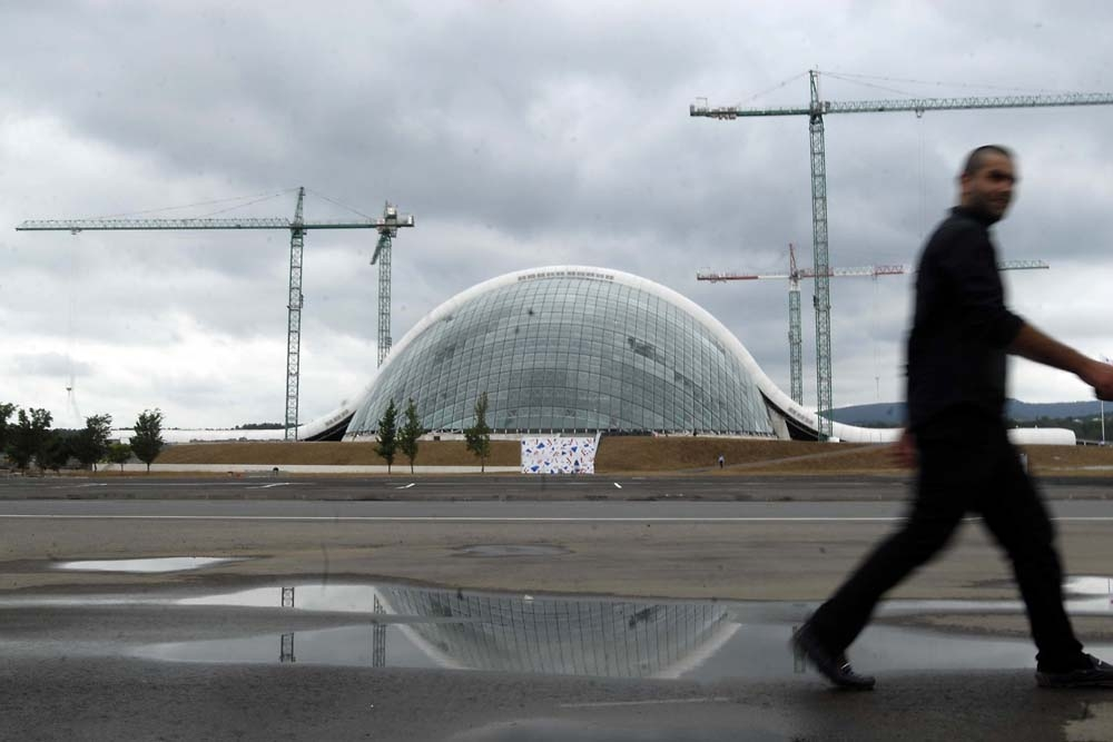 Designed by Spanish architect Alberto Domingo Kabo, the new parliament uses a mixture of glass and steel.