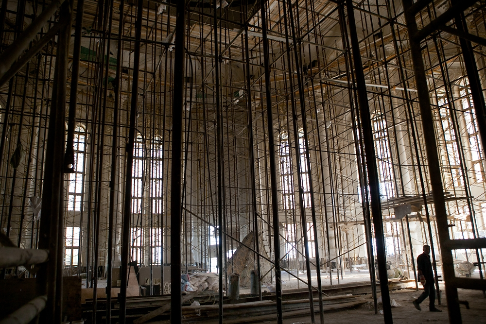 Rows of scaffolding cover one of the large teahouse reception rooms still under construction. (Photo: David Trilling)